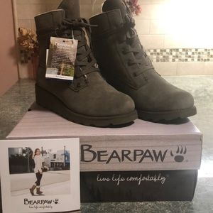 NWT Bearpaw Olive low wedge lace up boots!